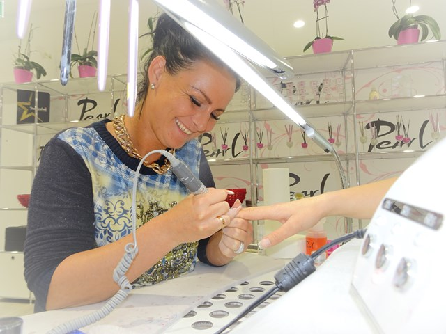Pearl Mitarbeiterin an der Arbeit im Pearl Nails and More