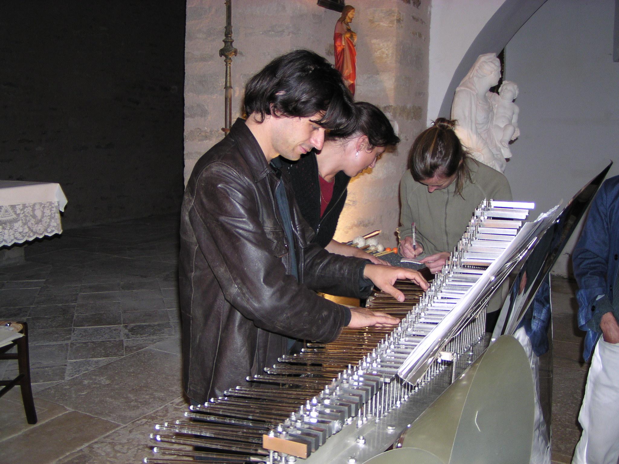 Le pianiste Pascal Pistone s'essaie au Cristal Baschet