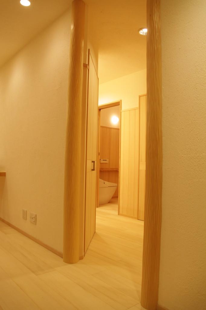 杉の絞り丸太(床柱)を贅沢に使用・・・