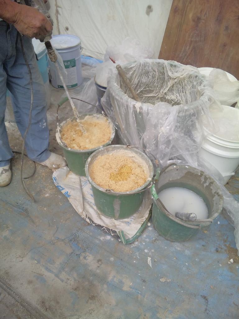 漆喰の仕込み(モミチップ混入)