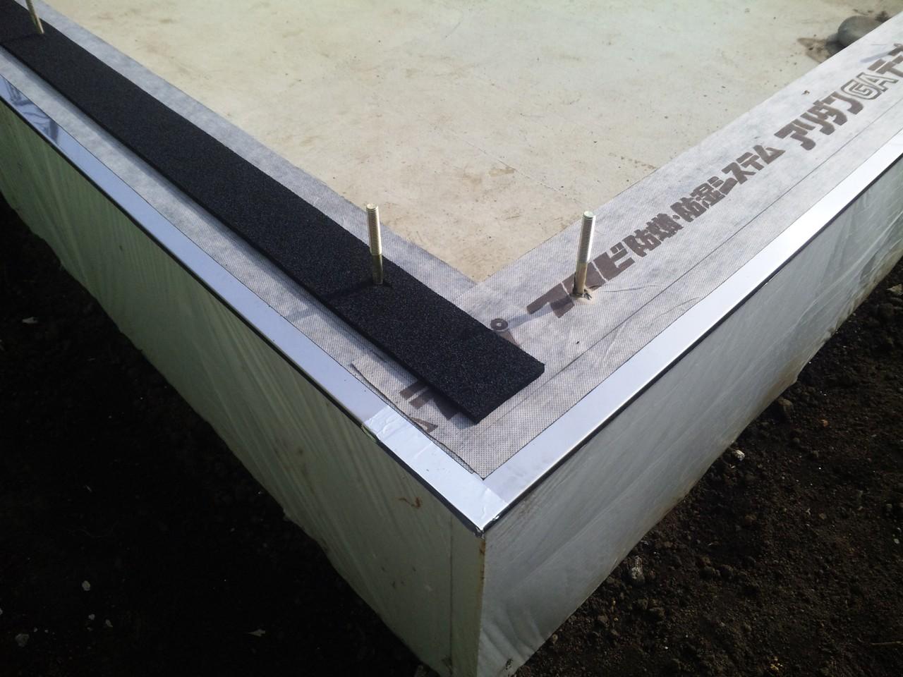 防湿シート並びに気密パッキンの敷設 スーパーウォール工法