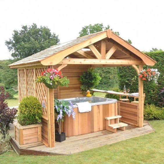 Gartenhaus mit Pool aus Holz