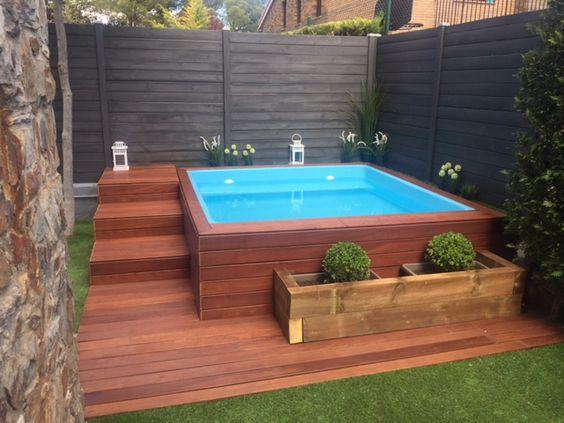 Pool mit Podest aus Holzdielen