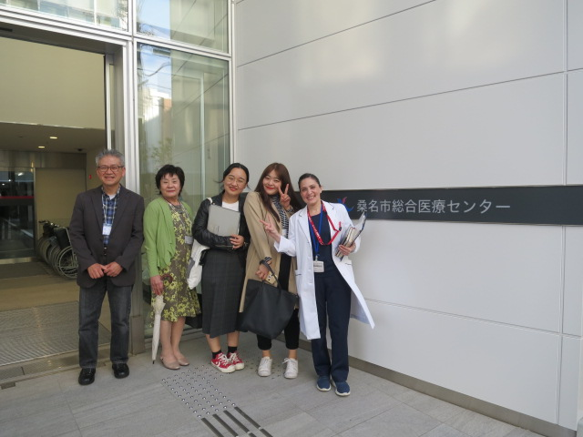 総合医療センター前の記念写真/桑名市综合医疗中心门前留念