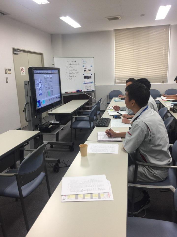 入社したばかりのベトナムエンジニアの方々が、実際に現場に入る前にコンピューターでシミュレーションをしている様子/막 입사하신 베트남 엔지니어 분들이 실제로 현장에 들어가기 전에 컴퓨터로 시뮬레이션을 하는 모습.