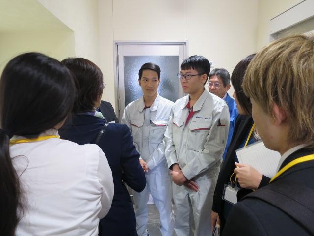 チウンさんとティンさんが、実際働いている所を見学しながら、仕事の内容について説明してくれました。/Truong Quoc Huy, Dinh Van Thien씨가, 실제로 일하고 있는 곳을 견학하면서, 업무의 내용에 대해 설명해 주었습니다.
