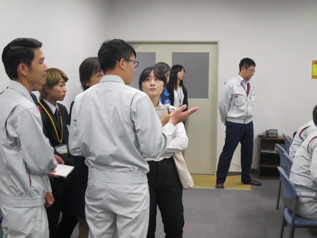 チウンさんとティンさんがコンピューター·シミュレーション·ルームで何を学ぶのかを説明している姿/Truong Quoc Huy, Dinh Van Thien씨가 컴퓨터 시뮬레이션 룸에서 무엇을 배우는지에 관해 설명하고 있는 모습.