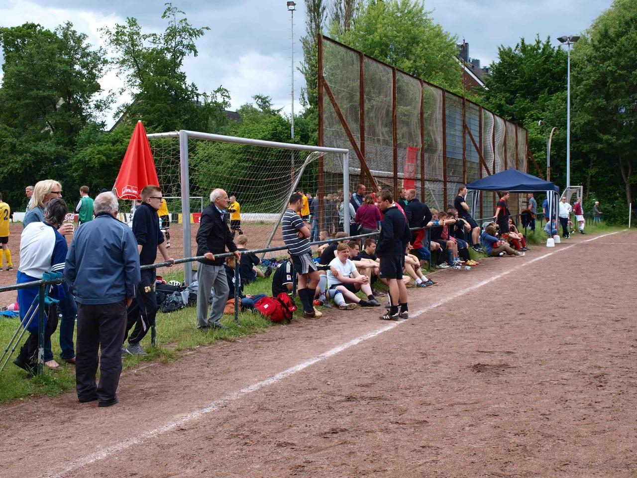 Gäste und Zuschauer am Spielfeldrand