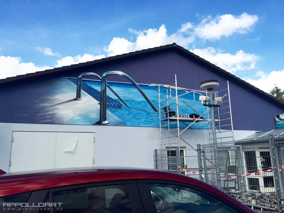 Graffitiauftrag an der Firmenfassade von Bad & Pool in Berlin