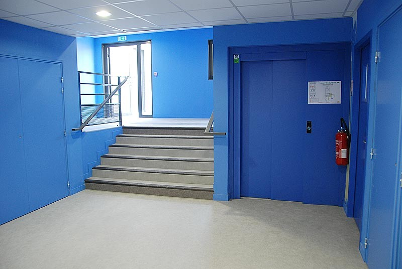 IES Sainte-Marie | Des couloirs au teintes vives