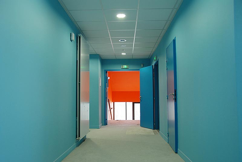 IES Sainte-Marie | Des couloirs au teintes dynamisantes