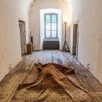 """Ansicht der Installation """"Schau weg"""" von Cindy Leitner in der Franzensfeste, 2017 (Foto von Georg Hofer)"""