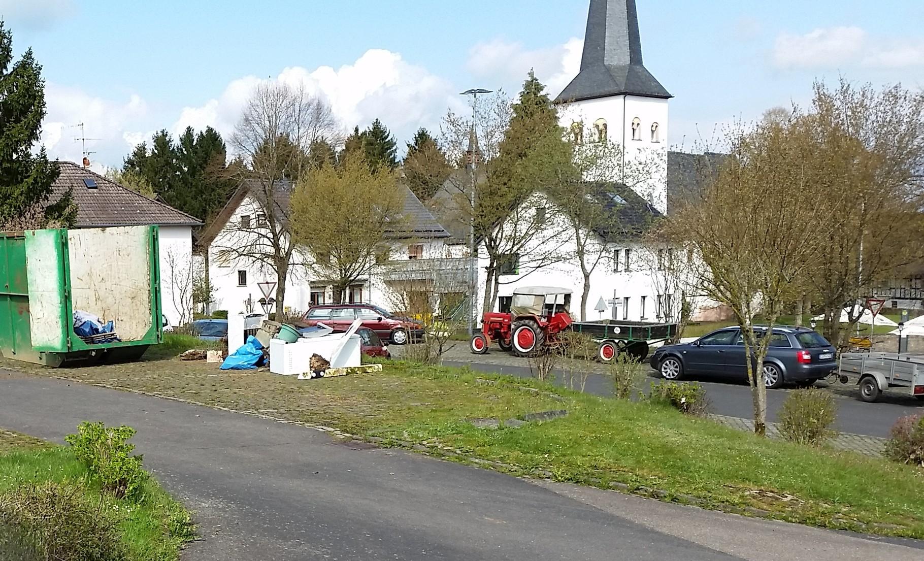 Sogar mit Traktoren wurde Gesammeltes herangefahren