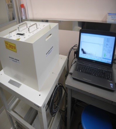 ⑤ 容器をセットして測定します。食材は20分、調理済み給食は30分測定を基本としているそうです。