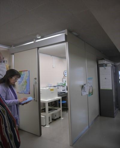 ② 測定器が設置されているプレハブ室。会議室の一部を6帖程度に仕切ったエアコン付きのお部屋です。