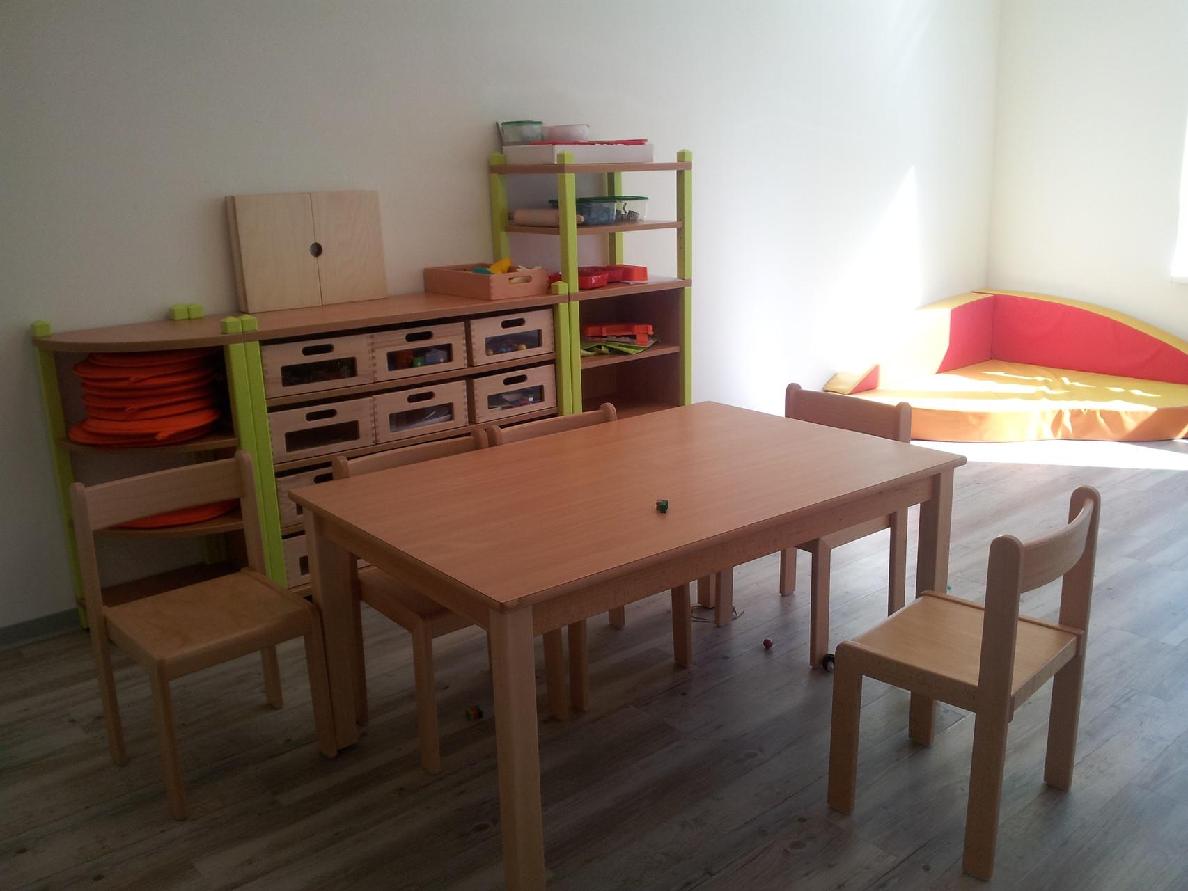 Stollenregale, Tische, Stühle