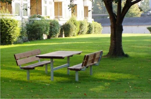 Parkmobiliar: Bänke, Tische, Pflanzkübel