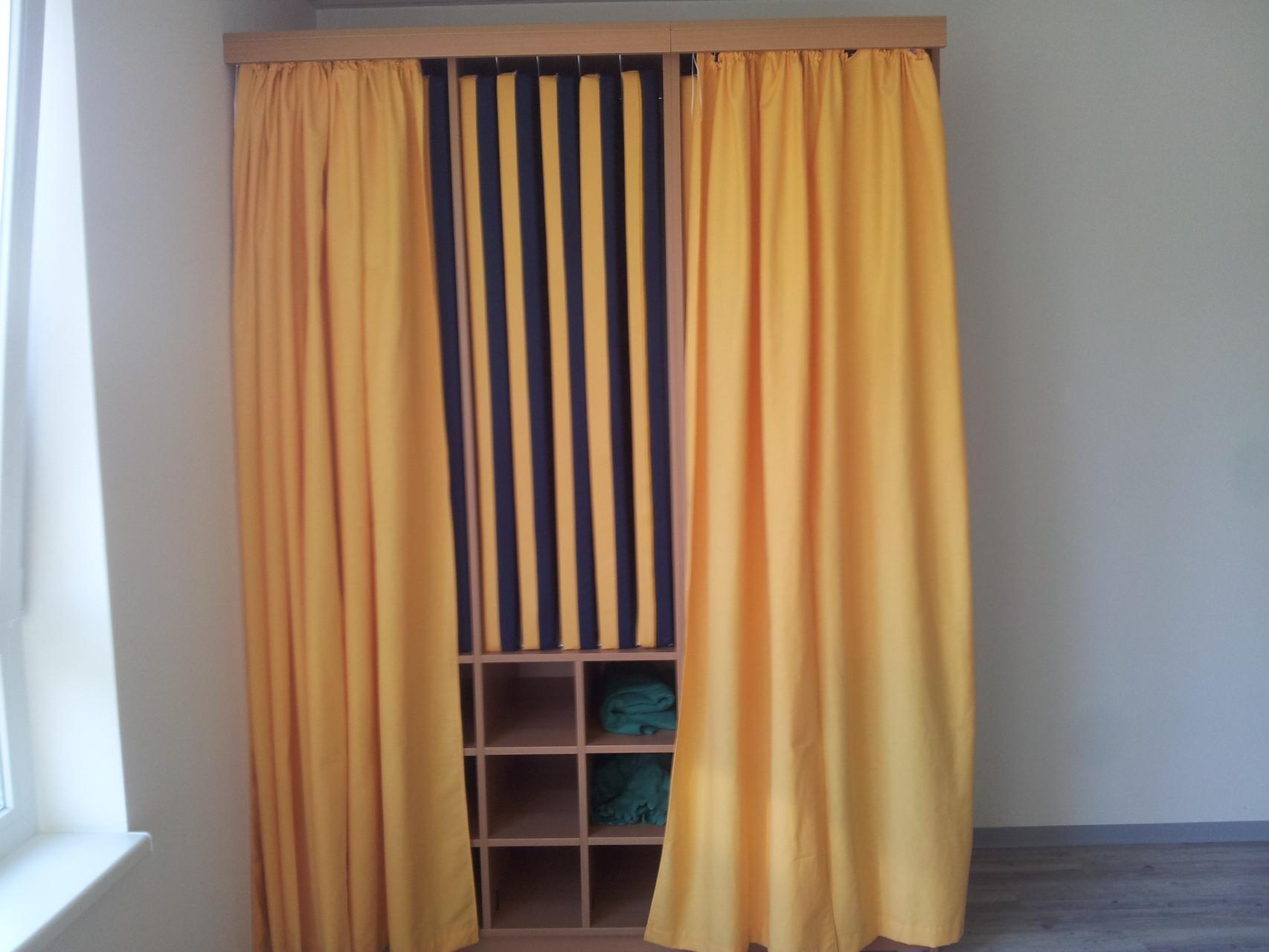 Liegepolsterschrank mit Vorhang