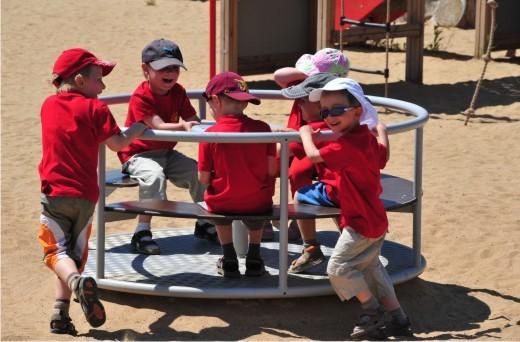 Karussells und andere Spielgeräte für jedes Alter