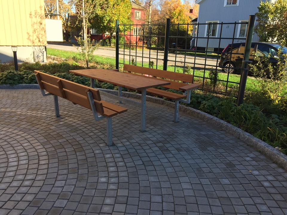 Bank & Tisch mit Rückenlehne (Lärchenholz, verzinkter Stahl)