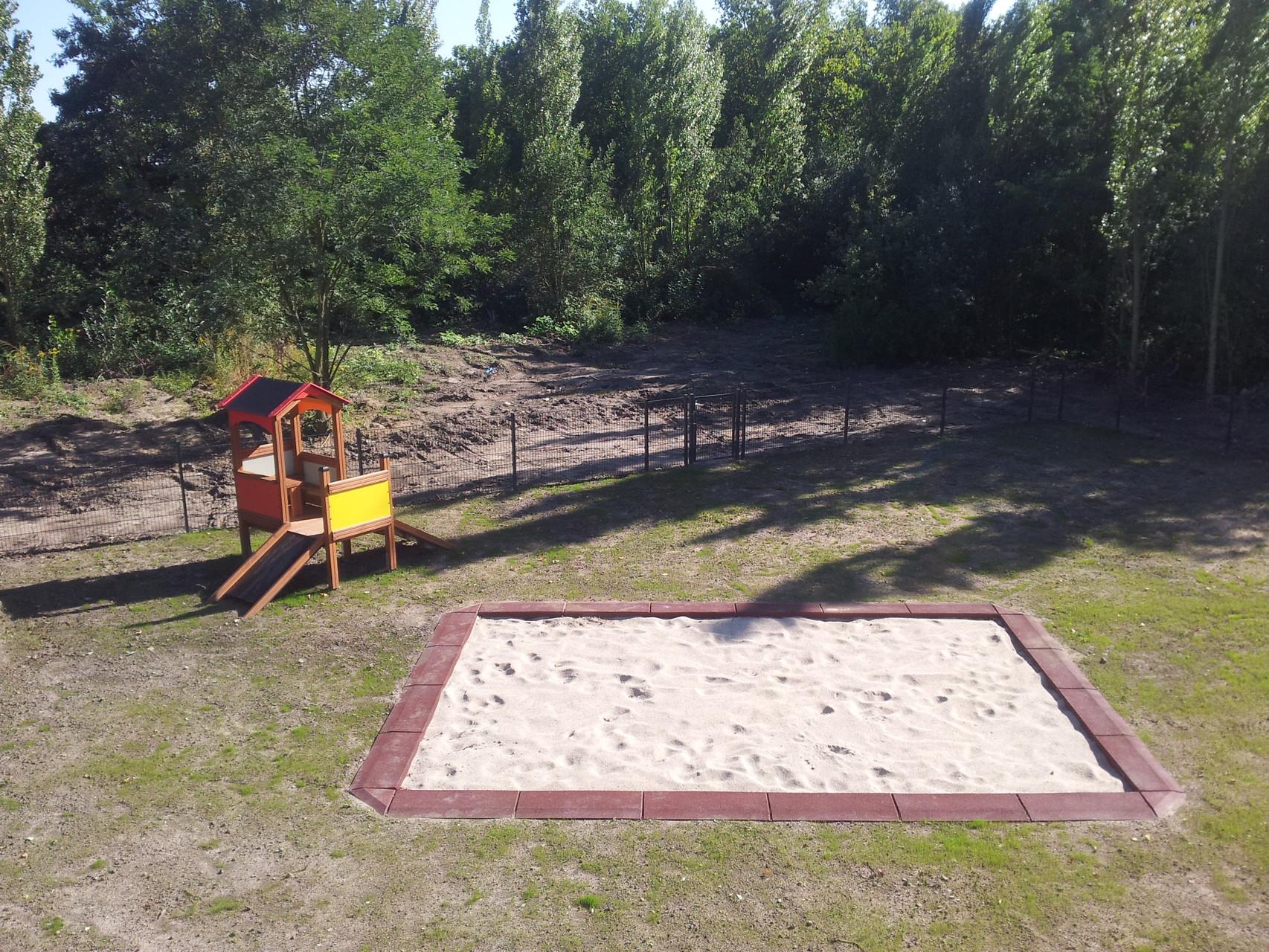 Sandkasten und Spielhaus