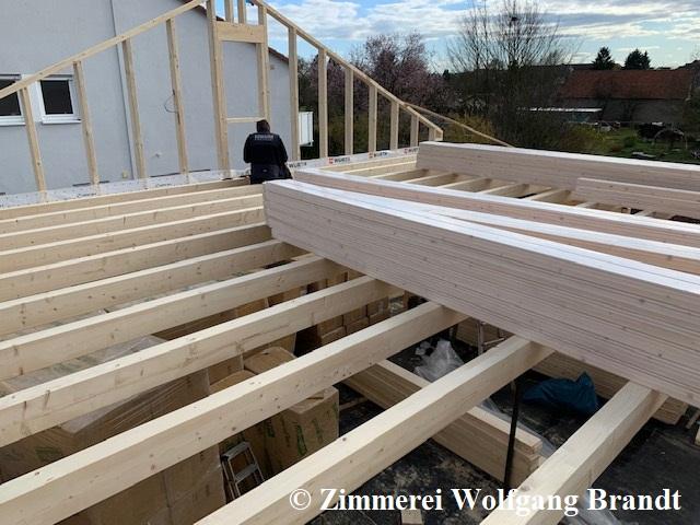 Montage der Balken von der Zwischendecke - Blockhaus Rohbau - Deutschland