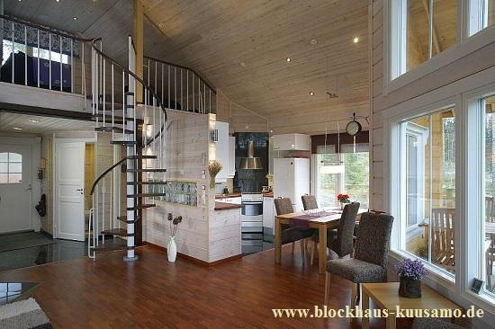 Ein Blockhaus schafft ein angenehmes Raumklima - Wohnzimmer im massiven Holzhaus - Modernes Holzhaus in massiver Blockbauweise ohne Kunststoffe mit viel Holz - Zweitwohnsitz - Feriendomizil - Doppelhaus - Zweifamilienhaus - Dachboden - Massivholzhaus