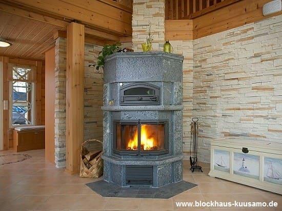 Specksteinofen mit Backfach im Blockhaus - © Blockhaus-Kuusamo