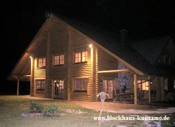 Blockhaus - Rundholzhaus bei Nacht - Massivholzhaus, Hausbau, Licht, Beleuchtung, Design, Architektenhäuser, Lichtplanung, Lichtdesign