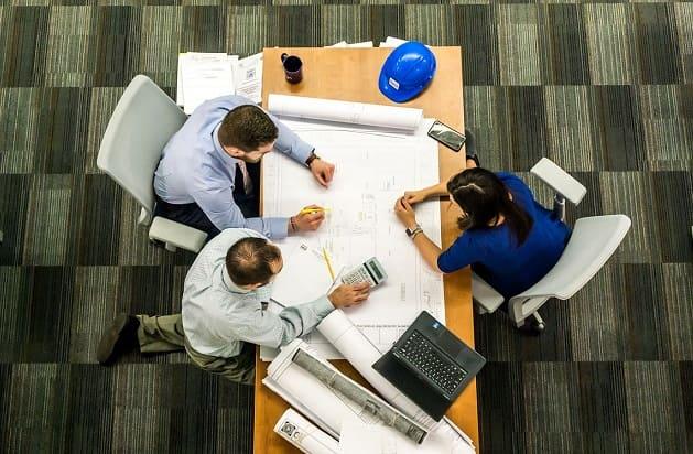 Das Bauen mit Architekt  -  Architekten  nehmen dem Bauherrn schon im Vorfeld viel Arbeit ab