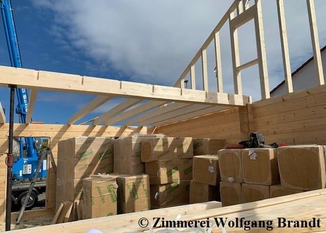 Heute wurde auch Dämmmaterial für die Dachkonstruktion reichlich geliefert und entladen