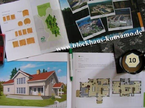 Ökologisches Blockhaus als Wohnhaus auf zwei Ebenen mit Schatteldach und großzügiger Galerie