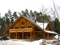 Hausansicht - Rundholzhaus im Winter
