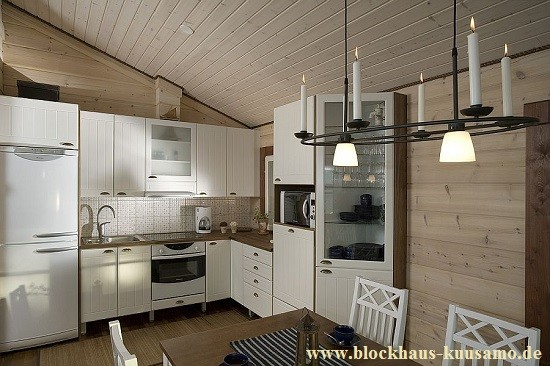 Holzhaus bauen - Blockhaus - Küche im Massivholzhaus