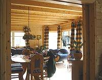 Sonniges Wohnzimmer mit Erker im Blockhaus