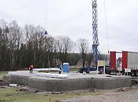 Blockhaus Baustelle  - Fundament  - Blockhausbau - der Montagebeginn des Holzhauses