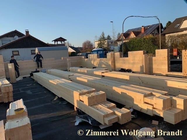 Blockhaus Bauen - Holzhaus in massiver Blockbauweise aus Polarkiefer wird von den erfahrenen  Handwerkern errichtet