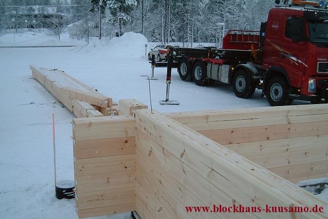 Blockhausbau im Winter