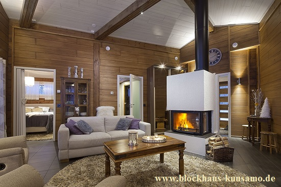 Wohnzimmer mit Kamin im Blockhaus in massiver Bauweise  - Architektenhaus -  © Blockhaus Kuusamo