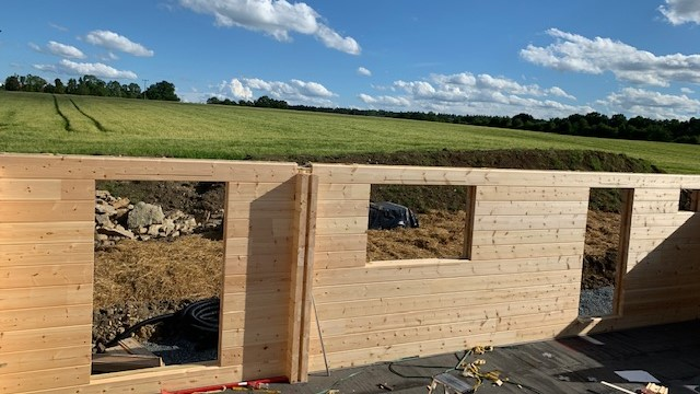Wir bauen ein Blockhaus in Bayern.