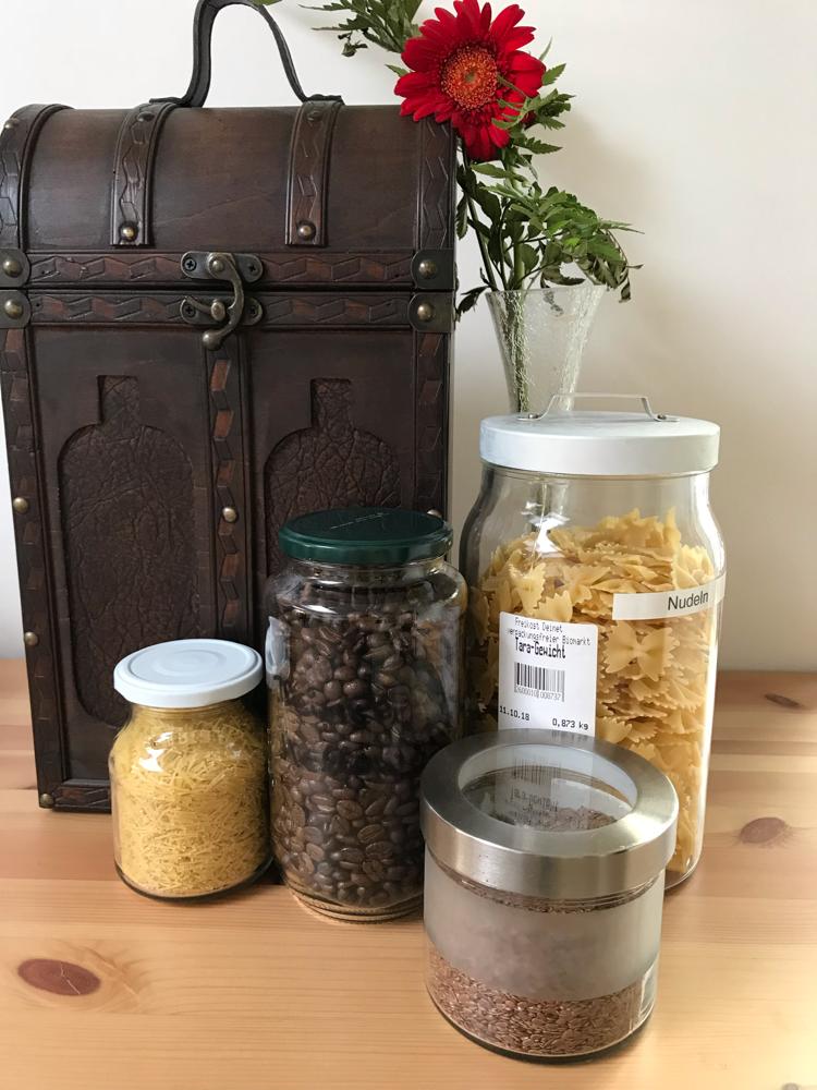 Suppennudeln, Kaffeebohnen, Nudeln und Leinsamen