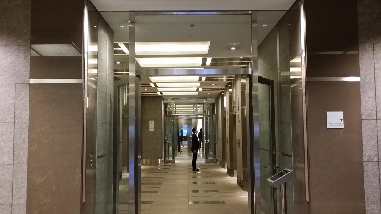 11階に行くエレベータへ