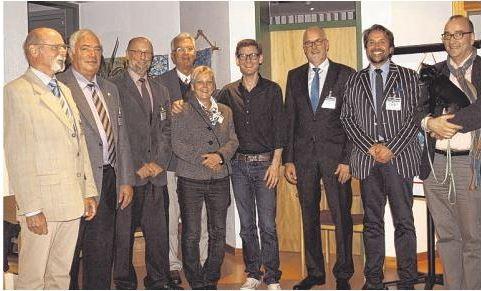 Nach dem Konzert in Schenefeld: Kristian Bezuidenhout ( vierter von rechts) mit Frank Siebert (rechts mit Hund Freddy) und den Mitgliedern des Festival-Beirates.