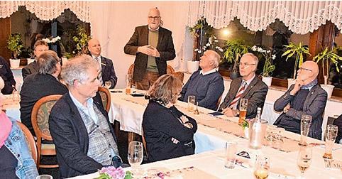 Vertreter von Vereinen, Verbänden und Institutionen folgen der Einladung zum Mehlbüddelessen, bei dem Johann Hansen (stehend) über die betreute Grundschule berichtet.