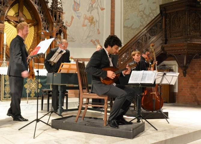 Der Star des Abends: Musiker Avi Avital aus Israel überzeugte gemeinsam mit seiner Mandoline und den Musikern des Elbipolis Barockorchesters Hamburg im Altarbereich der Marner Kirche.