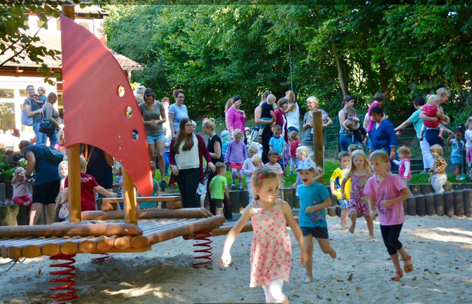 Endlich - mit Freunde erobern die Kinder ihren Spielplatz.