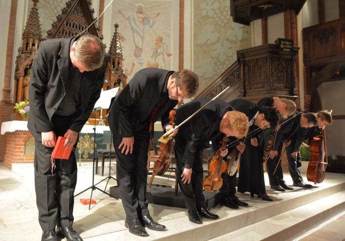 Die Musiker bedanken sich mit einer Verbeugung für den lang anhaltenden Applaus.