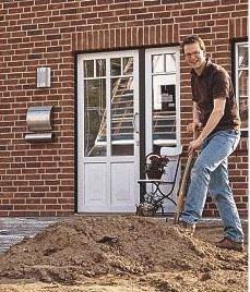 Erst das Haus, dann der Garten: Mirco Sobek bei der Arbeit.