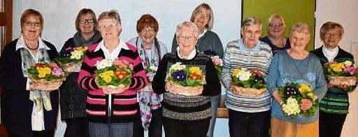 Mit einem Blumenkorb bedankte sich Christa Möller (4.v.l) bei ihren Vorstandsdamen: (v.l.) Petra Martens, Ulla Rieve, Annegret Lahann, Karin Kind, Helga Wollmann, Renate Hollm, Ramona Mumm, Ingrid Ellendt und Christa Schlüter.
