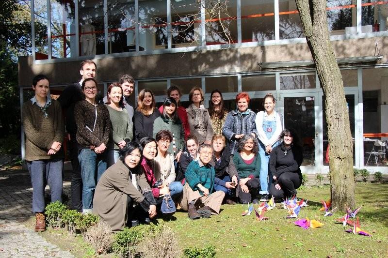 ワークショップ参加者と井川先生を囲んで記念撮影